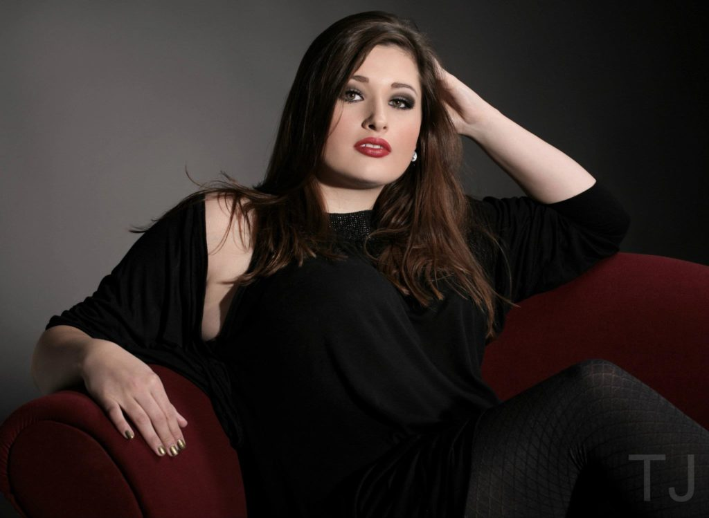 Plus Size Woman poses on Couch, Fotograf: Thomas Jung