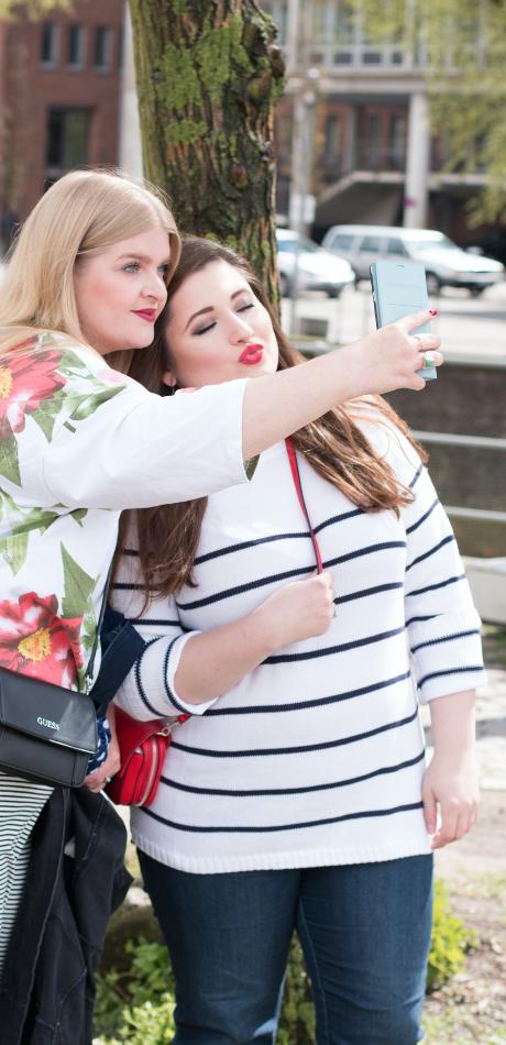 Zwei kurvige Mädchen, posierend, Selfie schießend