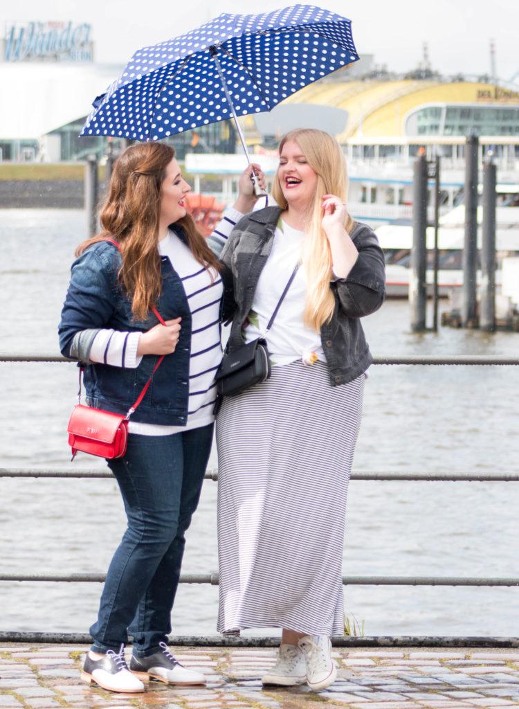 Zwei kurvige Mädchen, lachend in Hamburg, Regenschirm gepunktet