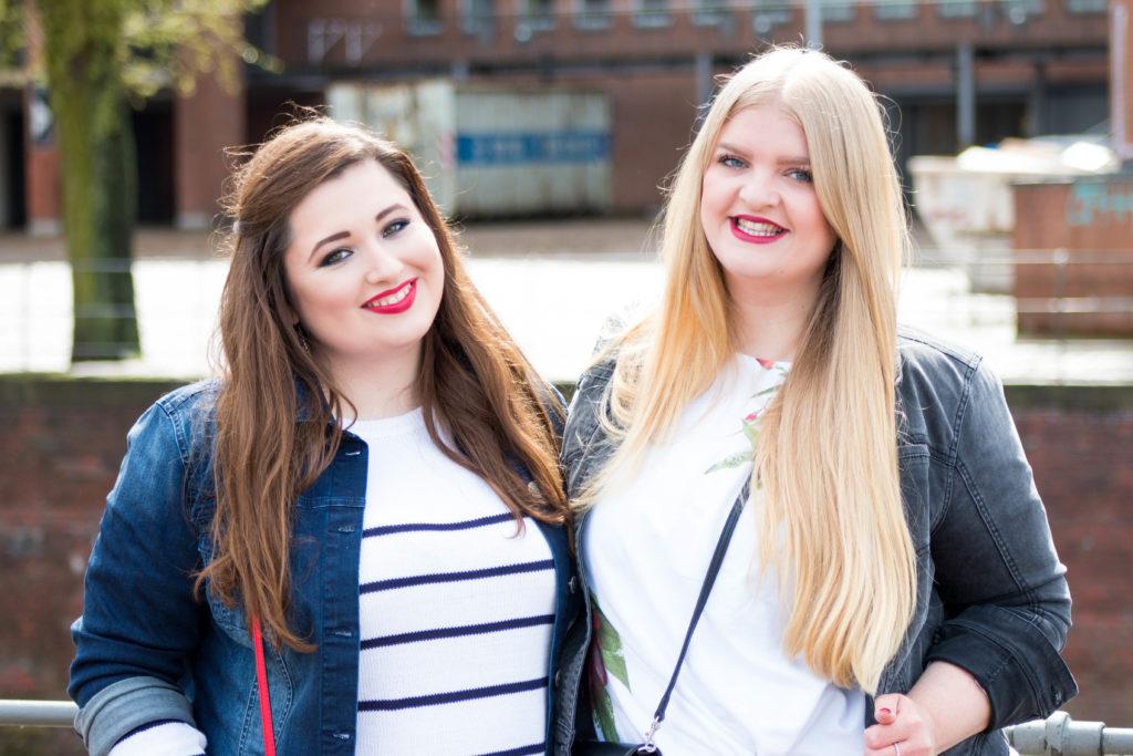 Zwei kurvige Mädchen, lachend in Hamburg