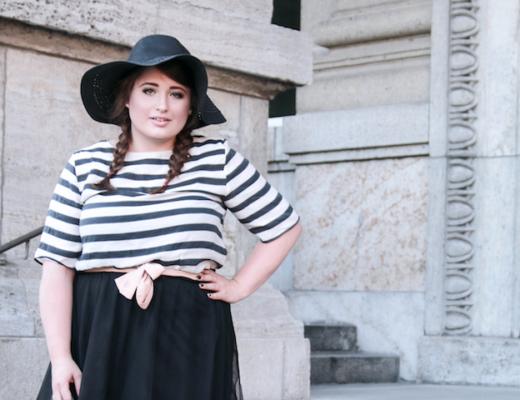 Plus Size Fashion Look. Kurvige Frau trägt einen Tüllrock und Streifenshirt.
