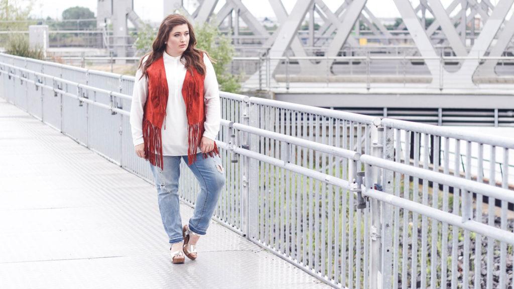 Plus Size Fashion, helle destroyed Jeans, weißes Shirt, rostrote Fransen Weste. Kombinationsmöglichkeiten.