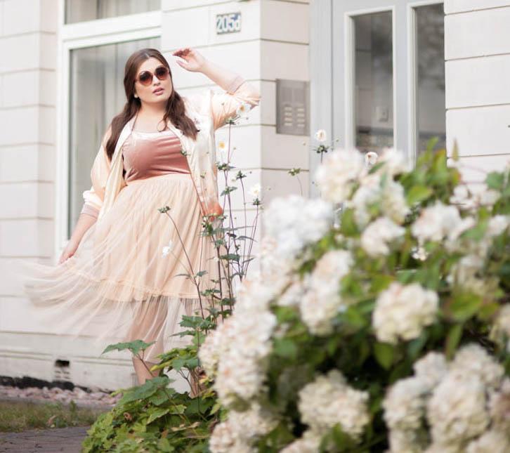 Plus Size Model trägt Tüll Rock und College Jacke von ZARA aus der Ballerina Kollektion in Eimsbüttel.