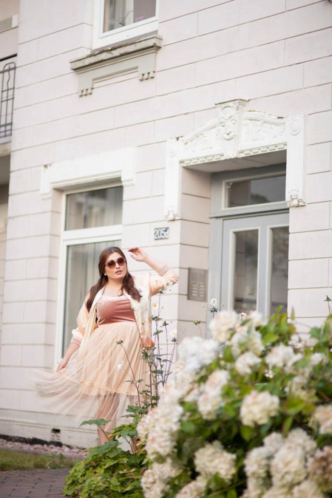 ZARA Ballerina Kollektion, Plus Size Model trägt Tüllrock, Retro 2016, Runde Brille, Rosa Highheels