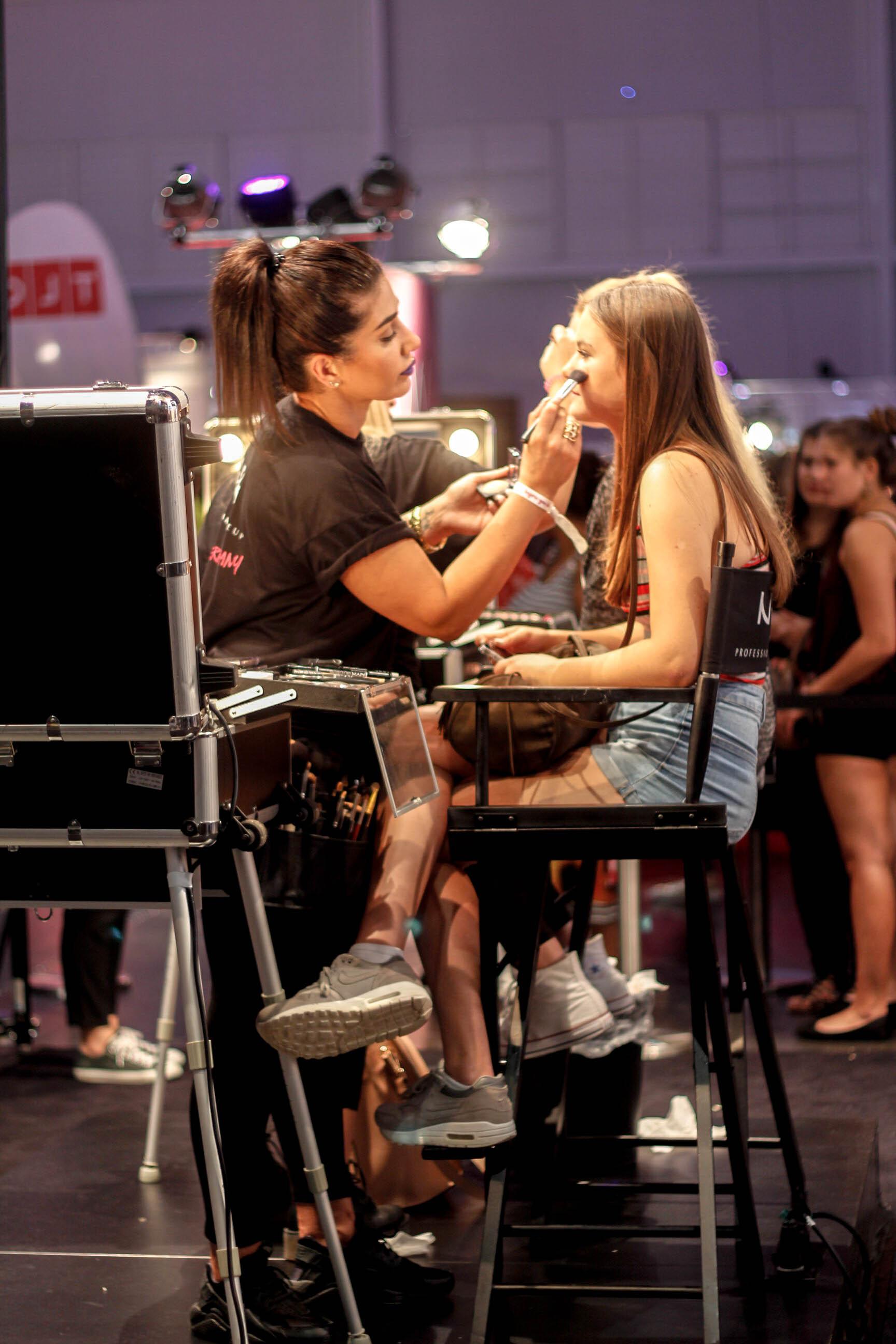 NYX Make up Artist auf der Glow Convention schminkt ein junges Mädchen