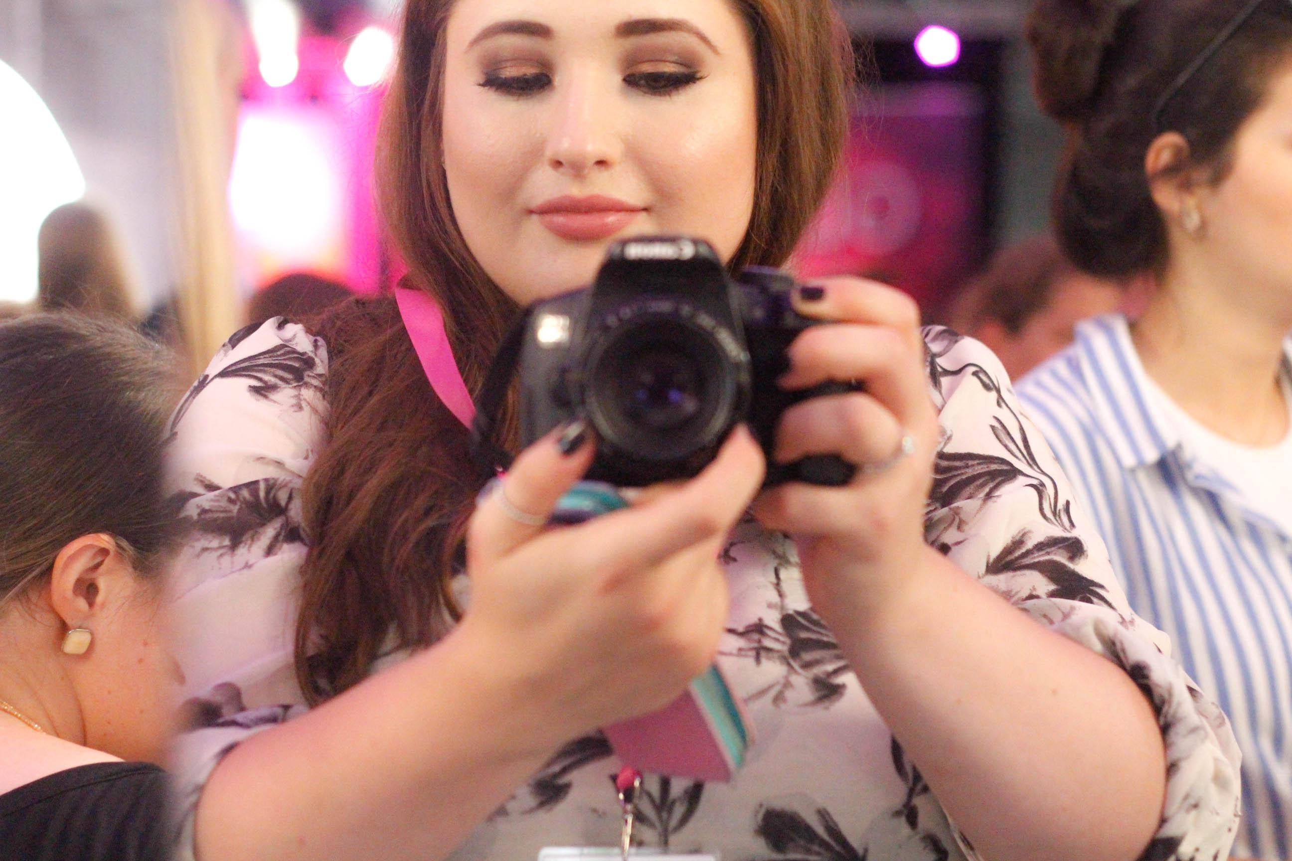 Plus Size Model macht ein Selfie im Spiegel mit einer Canon Kamera
