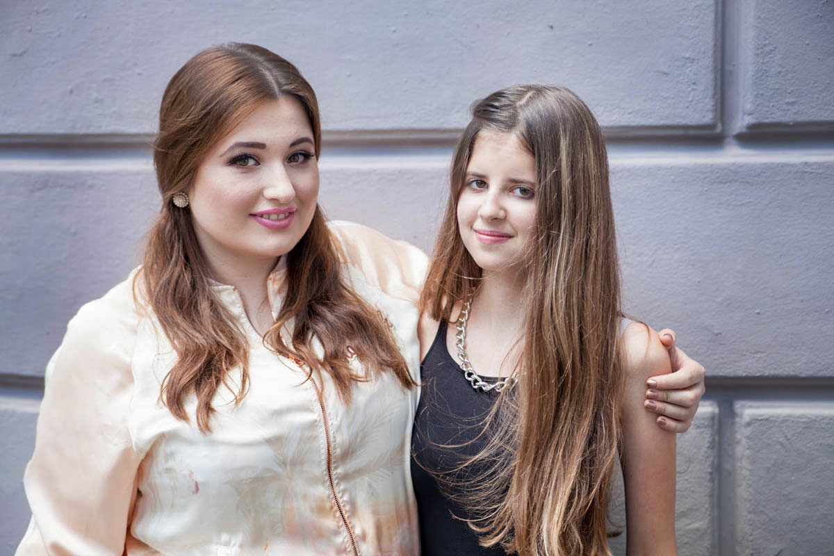 Große kräftige Schwester und kleine zarte Schwester stehen nebeneinander