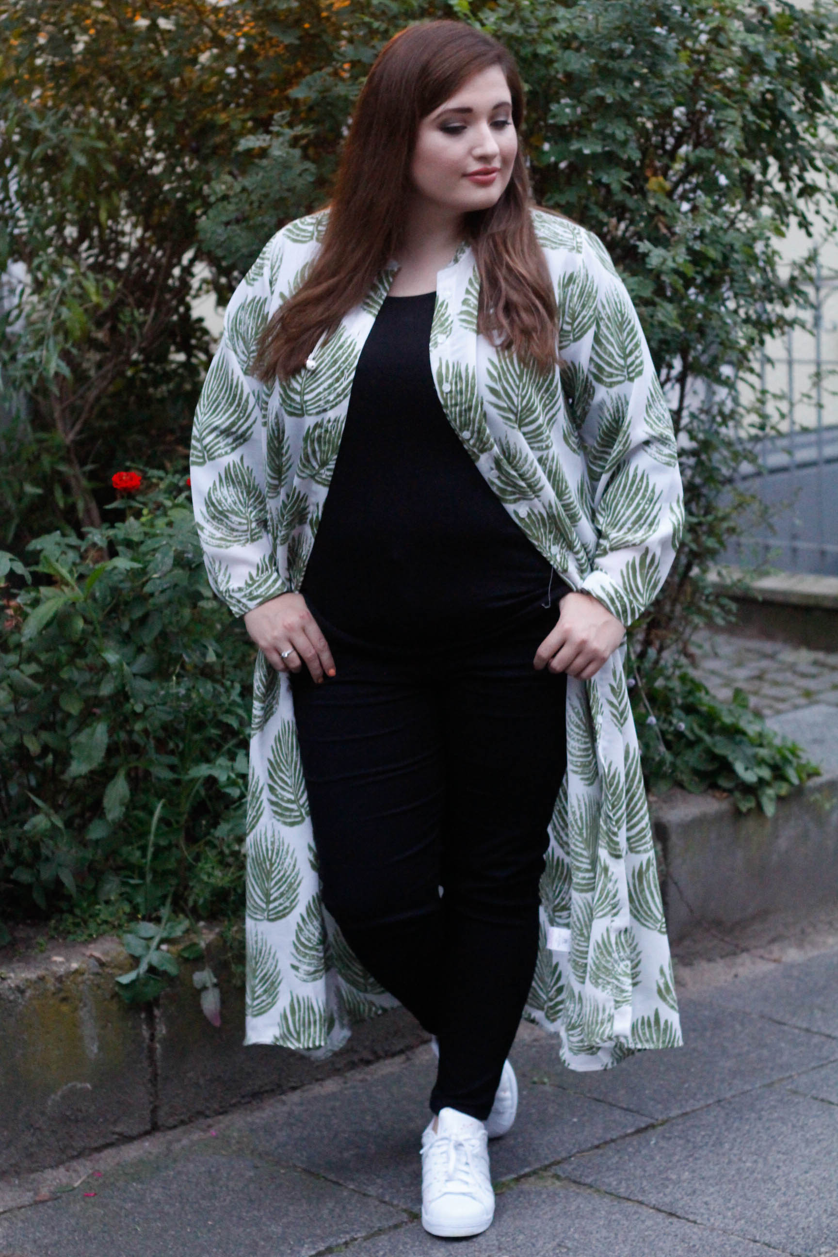 Plus Size Model Maxidress mit Tropenmuster