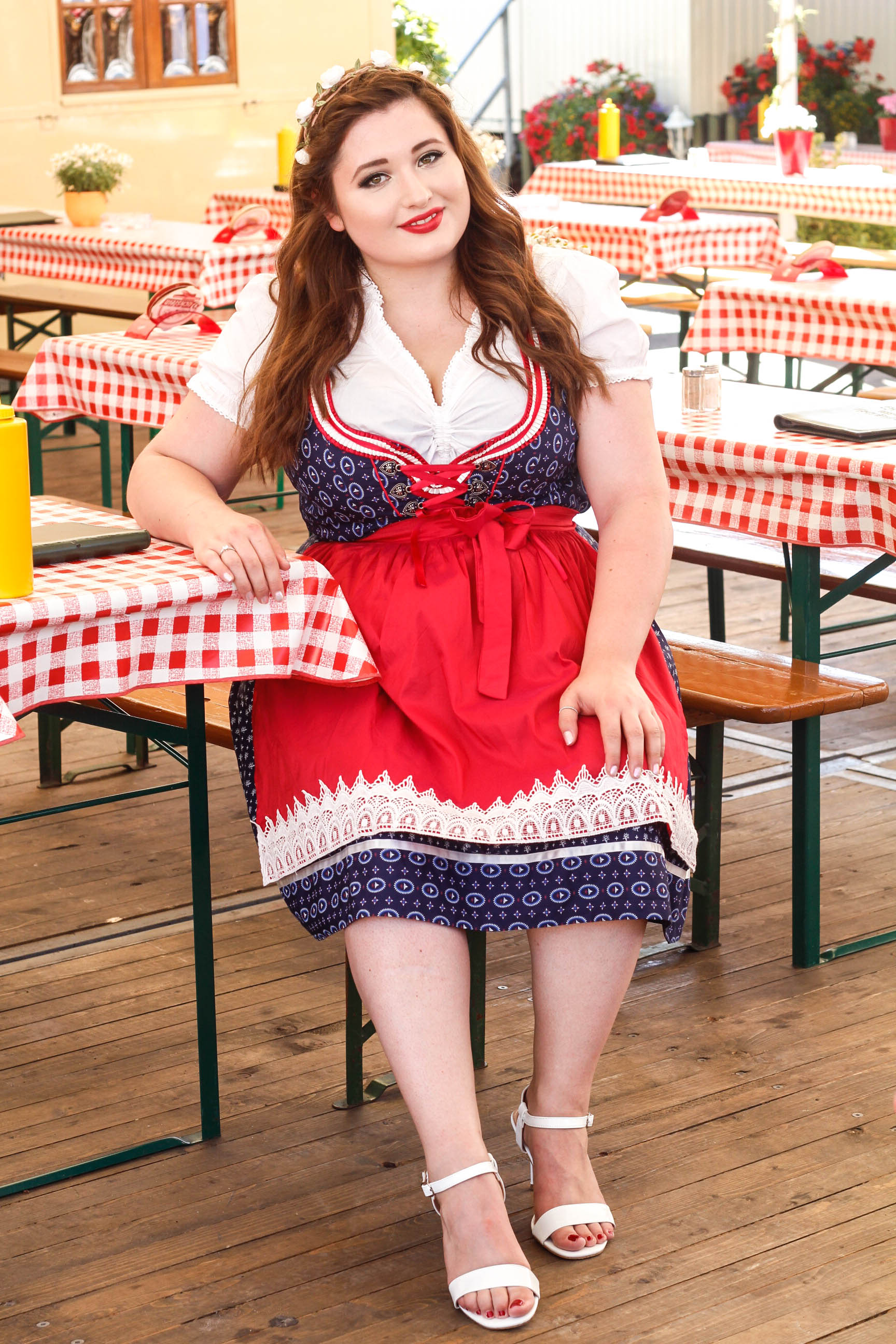 Junge kurvige Frau im Oktoberfest Outfit. Plus Size Dirndl Look.