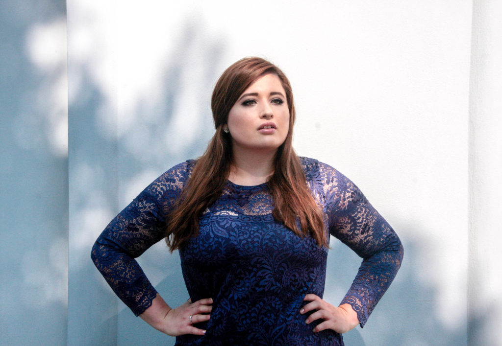 Plus Size Model Deutschland Hamburg im blauen Abendkleid von Anna Scholz by sheego Plus Size Definition