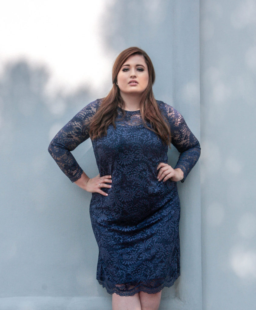 Plus Size Model Deutschland Hamburg im blauen Abendkleid von Anna Scholz by sheego Plus Size Definition blues spitzenkleid grpße 46