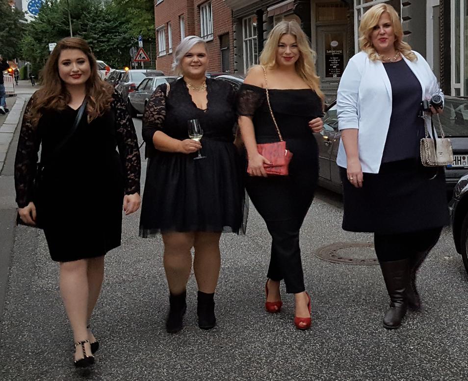 Vier kurvige Frauen in Abendmode