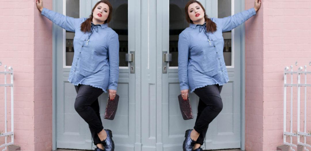 Plus Size Fashion Bloggerin Jules in einem Denim Look von sheego vor einer rosa Wand in Hamburg