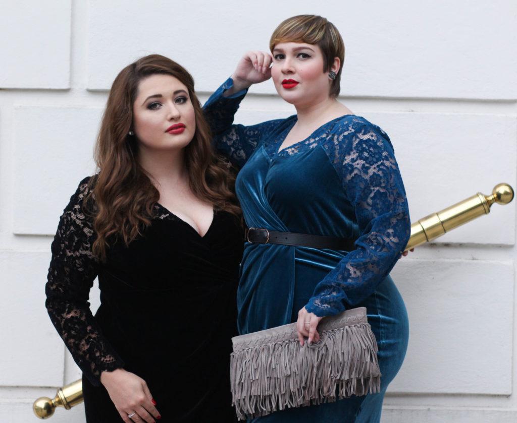 Plus Size Models und Blogger Luziehtan und Schönwild für Sheego im schwarzen und petrol farbenden Samtkleid in Hamburg