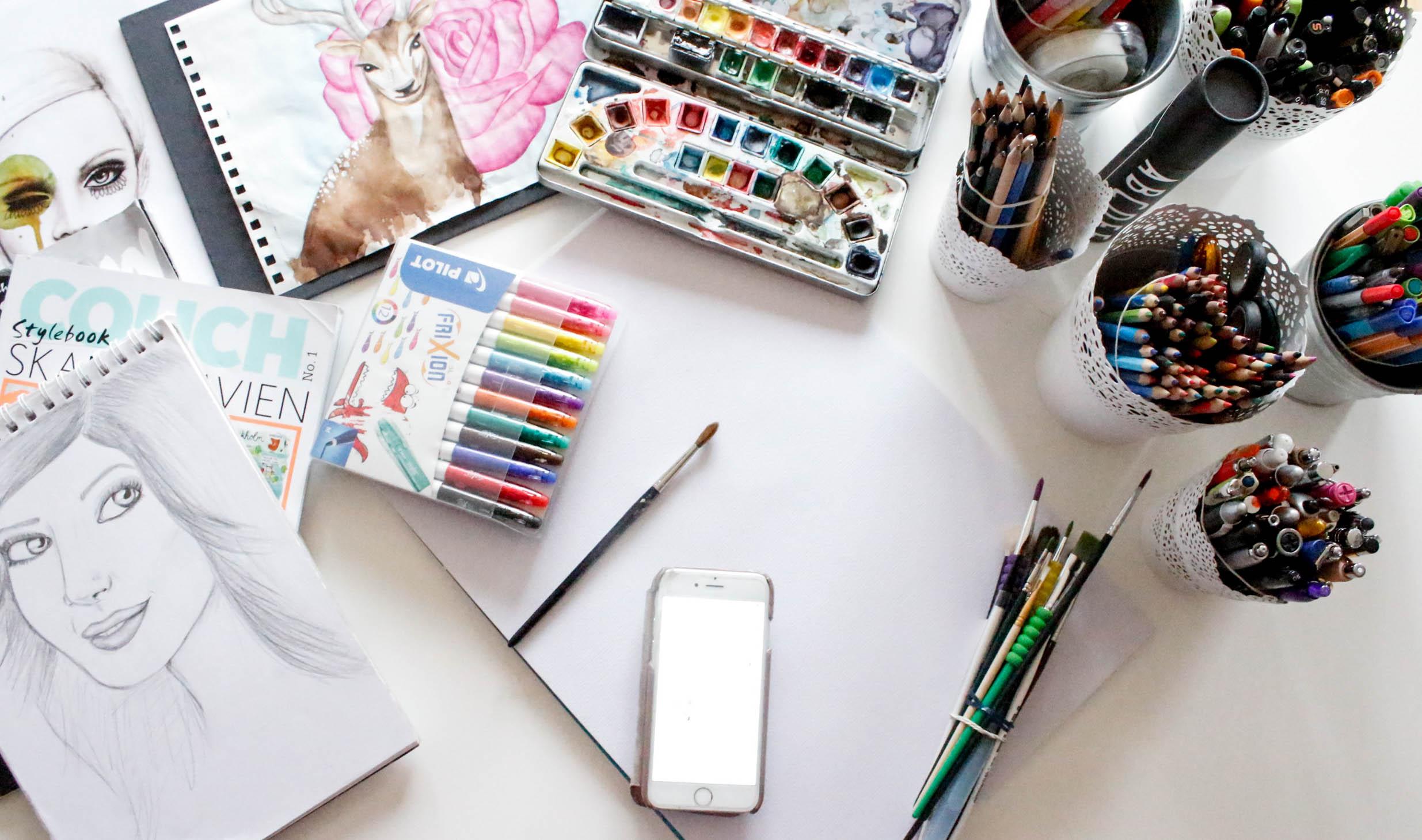 Schreibtisch mit FriXion Stiften und Aquarell