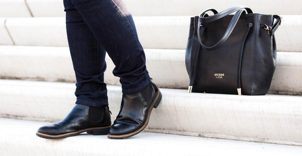 SchönWild Plus Size Model mit grauem Shirt, blauer Jeans, Guess Tasche, Chelsea boots in Hamburg am Hafen