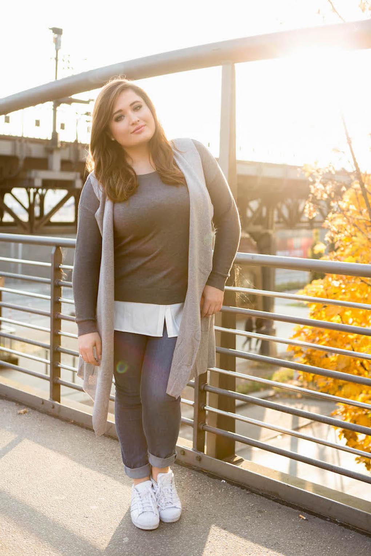 SchönWild Plus Size Model mit grauem Shirt, grauer Weste, Jeans und Adidas Superstars in Hamburg im Herbst