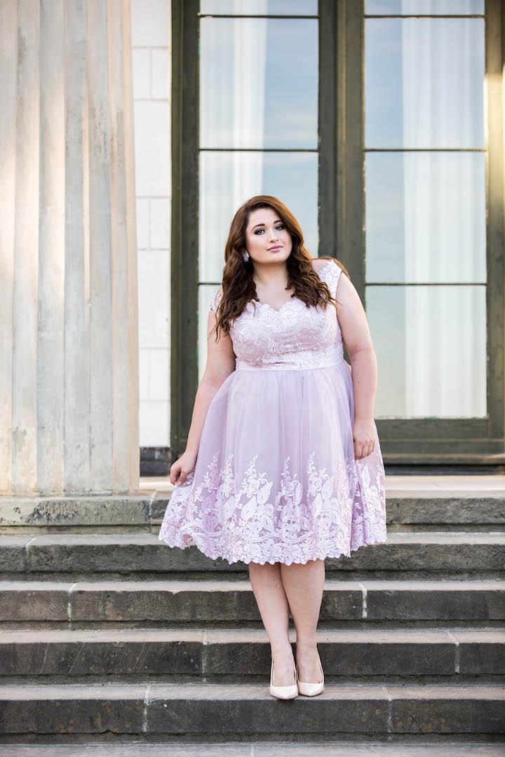 SchoenWild Plus Size Model und Blogger in einem rosa Tüllkleid von Chi Chi