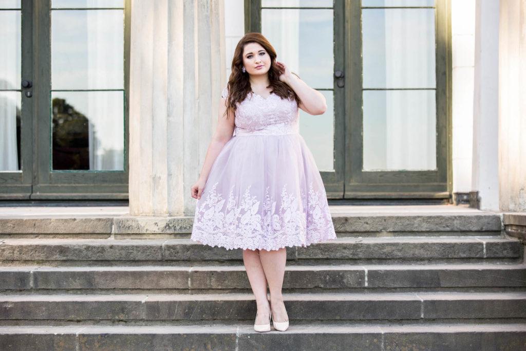 Plus Size Kleider - SchoenWild Plus Size Model und Blogger in einem rosa Tüllkleid von Chi Chi - Plus Size Kleider online shoppen