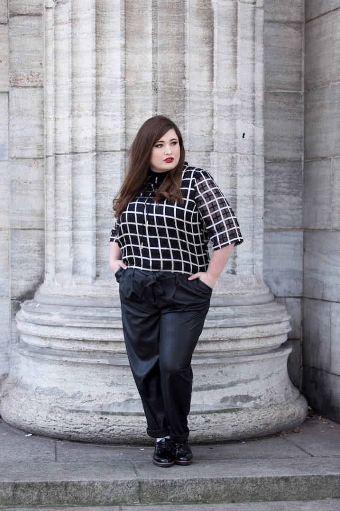 Plus Size Fashion Schoenwild Elvi, Lederhose XXL, black white Look, Plus Size Model Hamburg